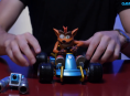 Vi unboxer en stilig Crash Team Racing-figur